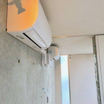 【西側洋室】エアコンが二基も設置されていました。※写真は別棟の反転間取り別部屋のものです
