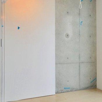 【西側洋室】スライド式の扉があるので、分けて別部屋として使うこともできますよ。※写真は別棟の反転間取り別部屋のものです