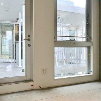 玄関も開放感があって清々しい。※写真は別棟の反転間取り別部屋のものです