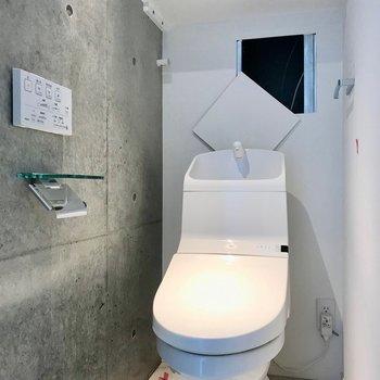 新築らしくトイレも綺麗ですね。※写真は別棟の反転間取り別部屋のものです