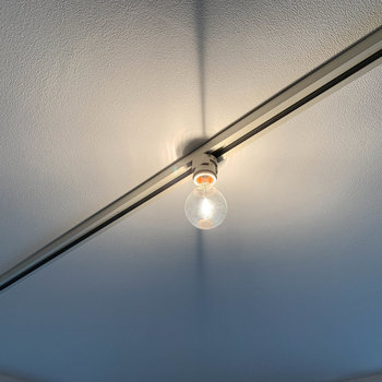 【ディテール】照明はライティングレール。電球を増やして見ても面白い。