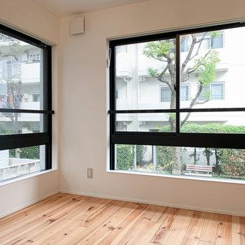 2面に大きな窓のあるお部屋です。