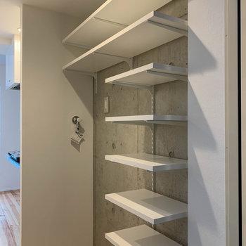 玄関の棚は、靴を置いたり雑貨を並べたり多目的に使えます。
