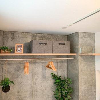 【ディテール】クローゼットの上部にも置いたり飾ったり。※家具雑貨はサンプルです。