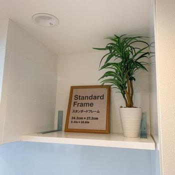 【ディテール】キッチン上にも、ちょっとした棚があります。※家具雑貨はサンプルです。