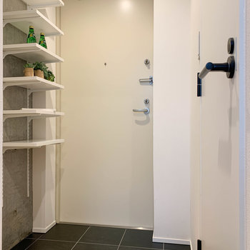 キッチンの右に進むと玄関。右に脱衣所。
