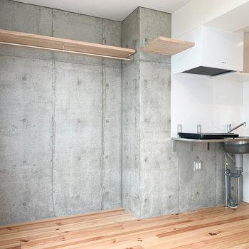 無垢床とコンクリートの調和が素敵。