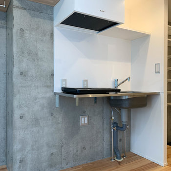 キッチンの左に冷蔵庫置き場。