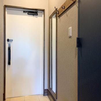 玄関にはコート掛けや鏡もあって便利ですね。