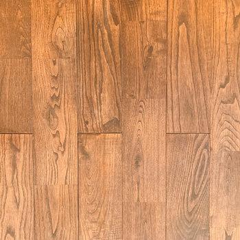 【ディテール】落ち着いた色の無垢床。