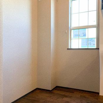 後ろに冷蔵庫を。小窓で換気もしっかりと。