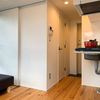 キッチンの向かい側にも収納があります。