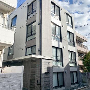 キューブな外観、4階建てのマンションです。