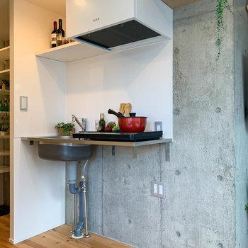 キッチンの右に冷蔵庫置き場。