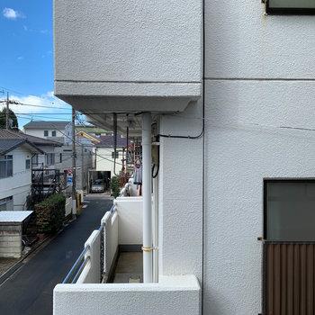 西向きの窓の眺望。共用部挟んで向かいのマンションです。