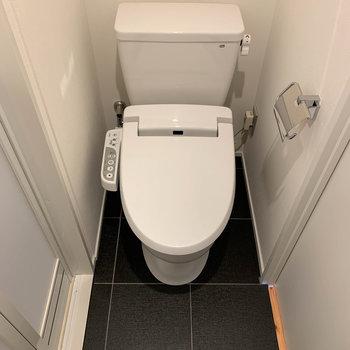 洗面台の向かい側にトイレです。