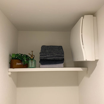 トイレの上に棚。サンプのように、タオルなども置けますね。