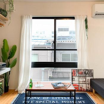 こちらの窓は南向きです。窓の両端にテレビのアンテナがあります。