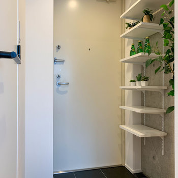 キッチンの左に進むと玄関。左に脱衣所。