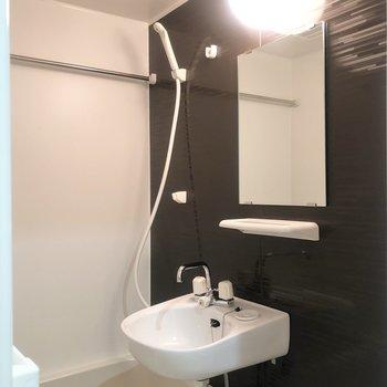 左にはバスルーム。明るく清潔な印象です。※写真は前回募集時のものです