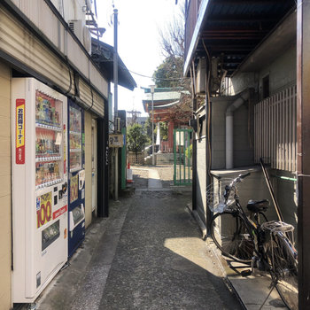 駅からすぐ。小道があって、向こうに神社が見えます。