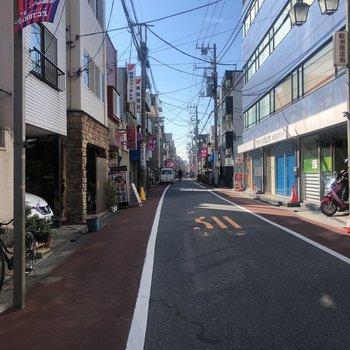 部屋の前の通りです。コンビニ、八百屋、飲食店と便利でした。
