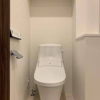 右側の棚には芳香剤を置いて清潔な空間で保ちたい!※写真は6階の同間取り別部屋のものです
