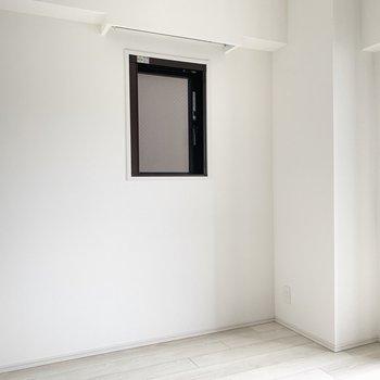 小窓の外はお隣の建物なので採光というよりかは換気用かな〜※写真は6階の同間取り別部屋のものです