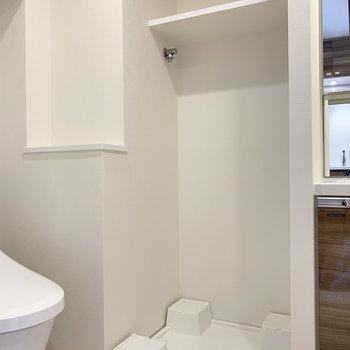 洗濯機置場はトイレのお隣。上部の棚に洗剤を置けて便利!※写真は6階の同間取り別部屋のものです