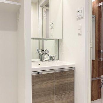 鏡の裏に収納できるスッキリとした洗面台。※写真は6階の同間取り別部屋のものです