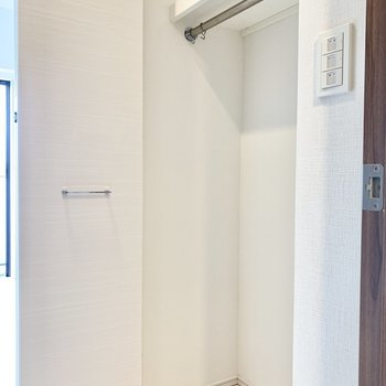 丈の長い服も掛けられるクローゼットです。※写真は6階の同間取り別部屋のものです