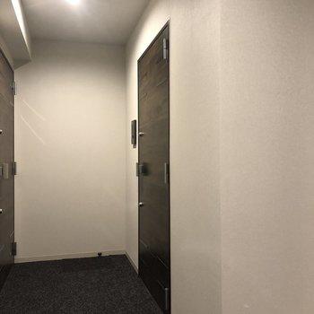 写真右のドアが今回紹介したお部屋です。