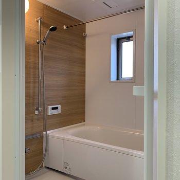 窓つきの浴室。