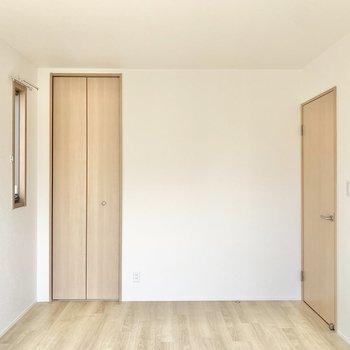 【バルコニー側洋室6.5帖】小さい窓がついています。