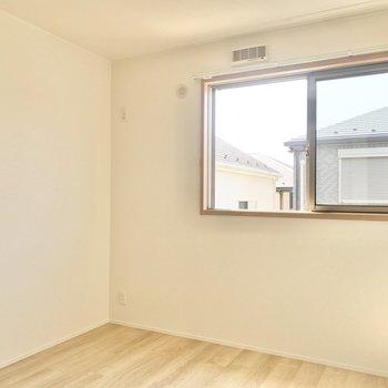【洋室4.8帖】窓からは心地良い風が入り込みます。