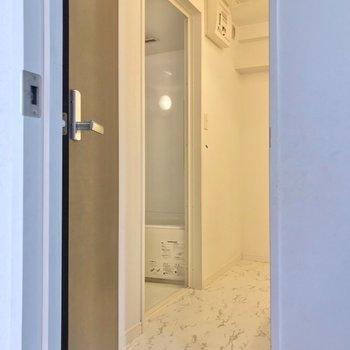 洋室の向かいには脱衣所。ゆったりしています。(※写真は清掃前のものです)
