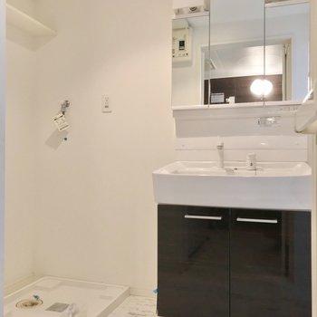 どっしり洗面台で朝の支度もラクラクです。(※写真は清掃前のものです)
