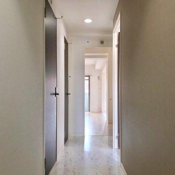 玄関扉を開けると、奥行きのある廊下が出現。(※写真は清掃前のものです)