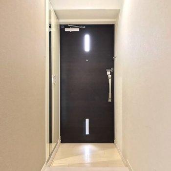 玄関もゆったり。傘立てにもこだわりたいな。(※写真は清掃前のものです)