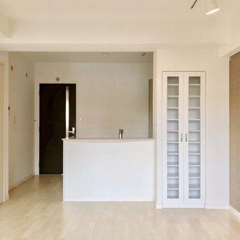 対面式キッチンにはカップボード付き。(※写真は清掃前のものです)
