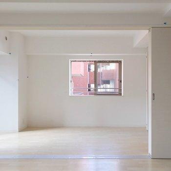 リビング隣の洋室は6.6帖。お子さまの遊び場にしてもよし!(※写真は清掃前のものです)