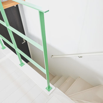 洋室奥の階段を下って脱衣所へ。
