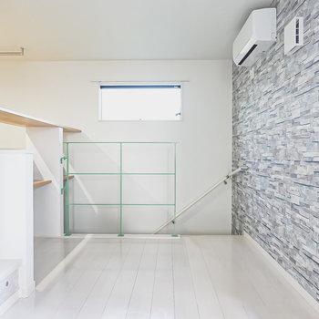 石積み壁調のアクセントクロスにインテリアグリーンを合わせて、無機質と有機質の対比を楽しみたい。