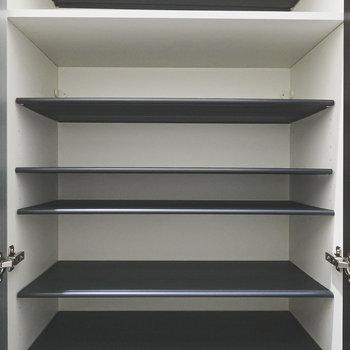 靴箱の中の棚は高さが変えられるので、大きいサイズの靴も収納可能。