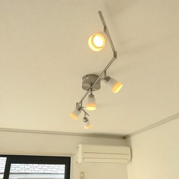 お部屋のライトは可愛らしいデザインの物が使われています。※写真は2階の同間取り別部屋のものです