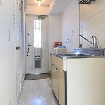 キッチンはコンパクトにまとめられています。※写真は2階の同間取り別部屋のものです