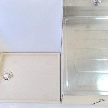 キッチンの横は洗濯機置き場になっています。※写真は2階の同間取り別部屋のものです