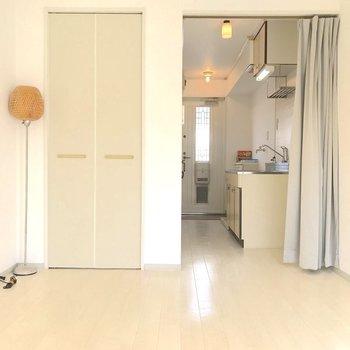 キッチンと洋室の間にはカーテンが設置されています。※写真は2階の同間取り別部屋のものです