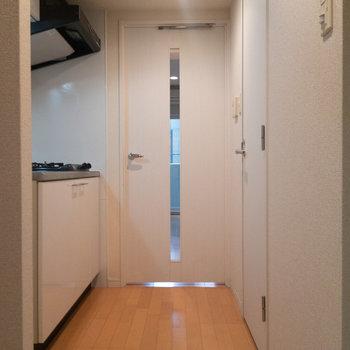 玄関から。廊下幅が広めで動線確保しやすいんです。