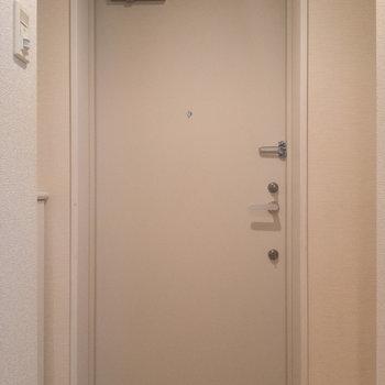 玄関は白でまとめて。